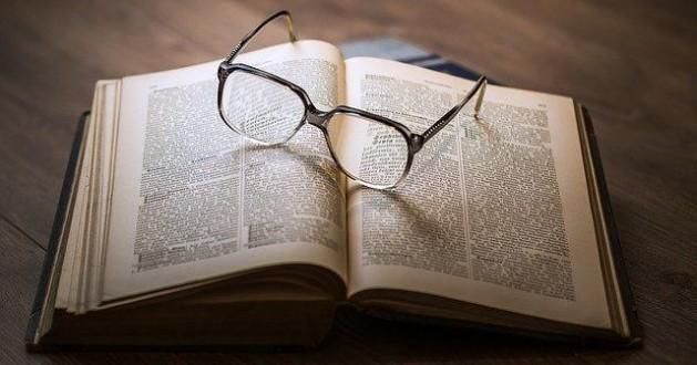 knowledge_lentes-libro_10-diccionarios-escritor_redactor-traductor-corrector