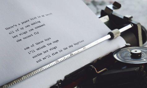 Máquina de escribir y poema. Asesoría en escritura