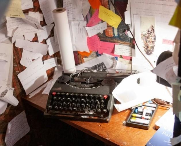 Máquina de escribir, papeles, notas y escritorio. Planificando.